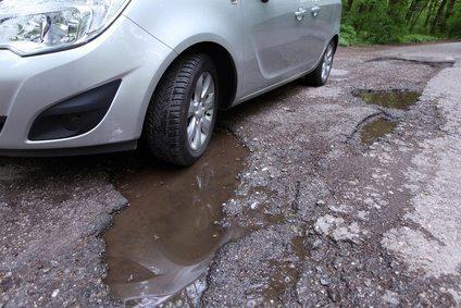 Wypadek w miejscu publicznym – dziura w jezdni
